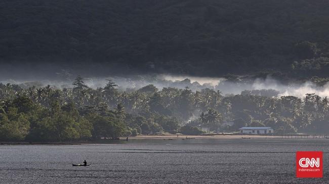 Kabut menyelimuti kawasan pantai di kaki Gunung Ile Mandiri, Larantuka, Selasa, 22 Maret 2016. (CNN Indonesia/Adhi Wicaksono)