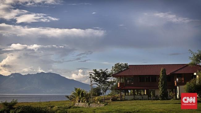 Sebuah penginapan di Desa Mokantarak menawarkan pemandangan Gunung Ile Mandiri yang didampingi tiga pulau di sekitarnya yaitu Adonara, Solor dan Lembata. (CNN Indonesia/Adhi Wicaksono)