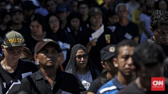 Di bawah teriknya panas matahari, deretan-deretan peziarah terus berdatangan ke kapel. Tak hanya dari warga Larantuka, namun para pendatang yang ingin melakukantradisi khas Larantuka tersebut. (CNN Indonesia/Adhi Wicaksono)