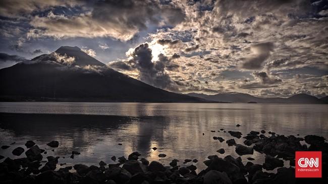 Gunung Ile Mandiri yang beradadi timur Flores di jaga oleh kota Larantuka yang berada tepat di kaki gunung.(CNN Indonesia/Adhi Wicaksono)