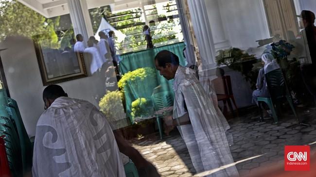 Confreria bersiap sebelum membuka Kapel Tuan Ma, untuk para peziarah Ibadah Sabda mencium Tuan Ma. (CNN Indonesia/Adhi Wicaksono)