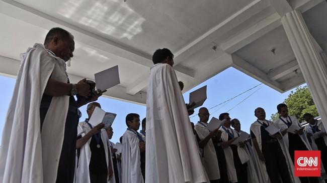 Confreria membacakan doa-doa di muka Kapel Tuhan Ana, sebelum pintu kapel dibuka.(CNN Indonesia/Adhi Wicaksono)
