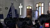 Sebelum patung Mater Dolorosa atau Tuhan Ma di dalam kapel diperlihatkan kepada peziarah, para Confreria sebelumnya melakukan Upacara Muda Tuan yaitu memudakan kembali patung. (CNN Indonesia/Adhi Wicaksono)