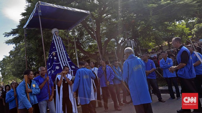 Pasukan pengaman kapel bergantian mengangkat patung Tuan Ma dengan Confreria. (CNN Indonesia/Adhi Wicaksono)