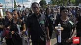 Peziarah mengenakan pakaian berwarna hitam sebagai tanda perkabungan pada Jumat Agung Semana Santa Larantuka kali ini. (CNN Indonesia/Adhi Wicaksono)