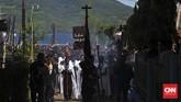 Confreria membuka jalan untuk arak-arakan Tuhan Meninu yang diikuti oleh ribuan peziarah pada prosesi Jumat Agung, Jumat, 25 Maret 2016. (CNN Indonesia/Adhi Wicaksono)