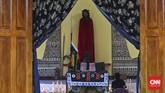 Peziarah berdoa di depan Patung Tuhan berdiri di Kapel Tuan Senhor, Wure, Adonara, NTT,Kamis (23/3). Wure adalah salah satu lokasi pelaksaan prosesi semanasanta selain kota Larantuka dan Konga. (CNN Indonesia/Adhi Wicaksono)