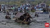 Perahu Tuhan Meninu diiringi sampan-sampan kecil yang menjadi penjaga perahu pembawa patung bayi Yesus, Jumat, 25 Maret 2016. (CNN Indonesia/Adhi Wicaksono)