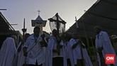 Prosesi penjemputan Salib Cruz Pecado dari Kapel Tuan Senhor menuju Gereja Wure, untuk kemudian dilaksanakan MisapadaKamis (23/3). (CNN Indonesia/Adhi Wicaksono)