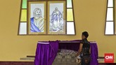 Terdapat beberapa benda pusaka peninggalan diKapel Tuan Senhor, Wure, Adonara, NTT.Di antaranya patung Tuan Reinha (patung Bunda Maria), patung Tuhan Senhor (patung Tuhan Berdiri), patung Jenazah Yesus dalamKeranda, dan patung Limbrado. (CNN Indonesia/Adhi Wicaksono)