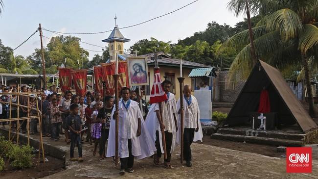 Prosesi penjemputan Salib Cruz Pecado dilaksanakan oleh Bapak-bapak Coveria, Ibu-Ibu Santa Ana dan para umat KatolikpadaKamis (23/3). (CNN Indonesia/Adhi Wicaksono)