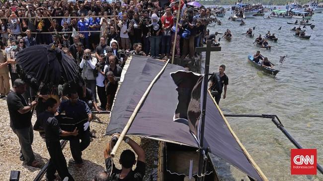 Patung bayi Yesus atau Tuan Meninu dibawa ke dalam perahu khusus yang hanya digunakan satu tahun sekali yakni pada saat Semana Santa, Jumat, 25 Maret 2016. (CNN Indonesia/Adhi Wicaksono)