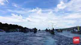 Puluhan Kapal Antar Tuan Meninu di Selat Larantuka