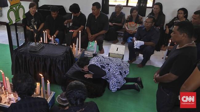 Umat Katolik mencium patung bayi Yesus di Kapela Tuan Meninu pada Jumat Agung sebelum upacara Persisan Anta Tuan, Jumat, 25 Maret 2016.(CNN Indonesia/Adhi Wicaksono)