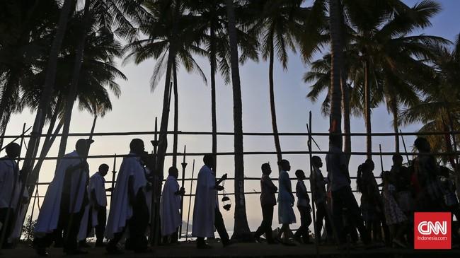 Sepanjang prosesi penjemputan dilantunkan nyanyian doa guna mengiringi Salib Cruz PecadopadaKamis (23/3). (CNN Indonesia/Adhi Wicaksono)
