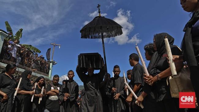 Umat Katolik mengiringi patung bayi Yesus setelah diiturunkan dari perahu menuju Gereja Katedral Larantuka, Jumat, 25 Maret 2016. (CNN Indonesia/Adhi Wicaksono)