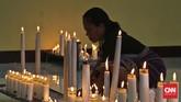 Peziarah menyalakan lilin di Kapel Tuan Senhor, Wure, Adonara, NTT,Kamis (23/3). Wure adalah salah satu lokasi pelaksanaan prosesi semana Santa selain kotaLarantuka dan Konga. (CNN Indonesia/Adhi Wicaksono)