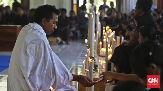 Confreria mendatangi peziarah yang menunggu giliran untuk mencium Tuhan Ma (CNN Indonesia/Adhi Wicaksono)