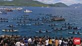 Ribuan peziarah ke Larantuka memadati sepanjang pesisir pantai Larantuka untuk menyaksikan prosesi laut membawa Tuhan Meninu menuju armida Pohon Sirih.(CNN Indonesia/Adhi Wicaksono)