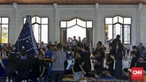 Peziarah berdiri menunggu giliran untuk mendapat kesempatan mencium Tuhan Ma di dalam kapela. (CNN Indonesia/Adhi Wicaksono)