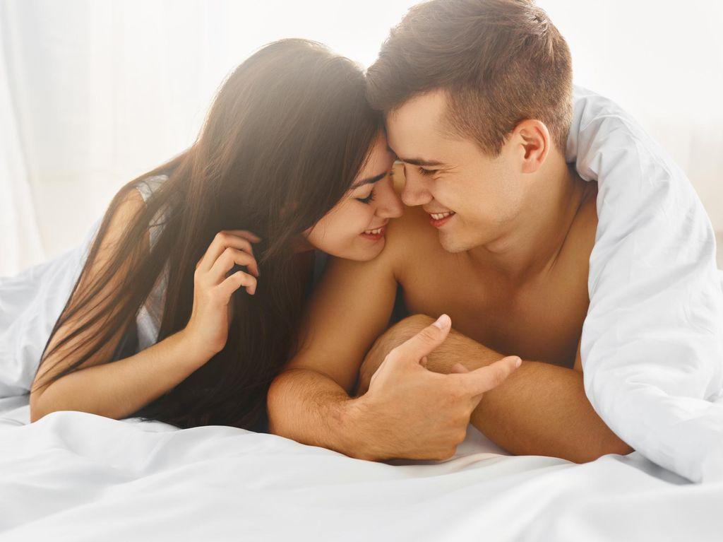 Apakah Posisi Seks Woman on Top Sebabkan Susah Hamil?