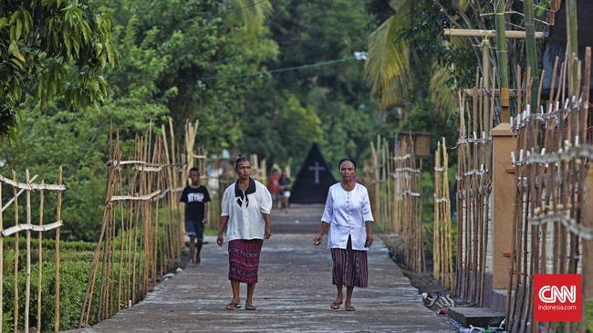 Peziarah menuju Kapel Tuan Senhor untuk beribadah, Wure, Adonara, NTT,Kamis (23/3). (CNN Indonesia/Adhi Wicaksono)