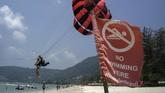 Aktivitas pantai lain seperti parasailing menjadi incaran wisatawan. Hanya saja awan hitam mungkin menyelimuti kekayaan pariwisata di negara ini. Tahun ini Thailand memasang target untuk menjaring 32 juta turis. (REUTERS/Athit Perawongmetha).