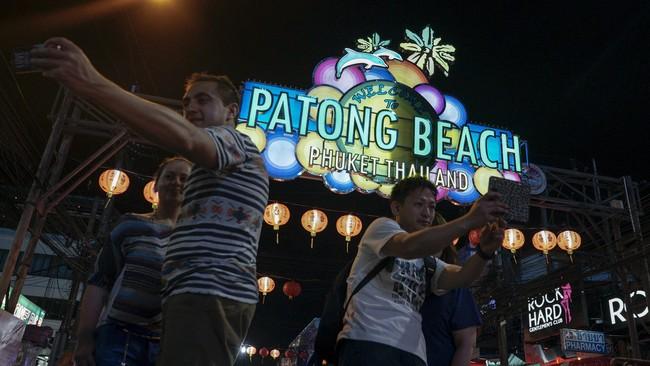 Salah satu daerah di Thailand yang sedang 'menimba' popularitas di kalangan wisatawan adalah Phuket. Kawasan ini dikenal karena pantainya yang menakjubkan. Selain itu, Phuket mulai dikenal karena pantainya dipakai sebagai lokasi syuting film The Beach. (REUTERS/Athit Perawongmetha).