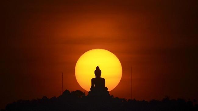 Bangunan kuil Budha dan patung-patung Budha juga menjadi satu penanda kentalnya agama Budha di negara ini. (REUTERS/Athit Perawongmetha)