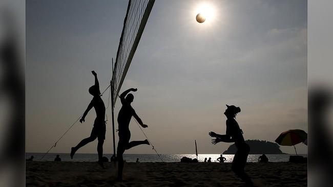 Salah satu hal yang menarik dilakukan bersama keluarga dan teman saat berada di pantai adalah bermain voli pantai. Aktivitas ini sangat populer di kalangan wisatawan sambil menunggu matahari terbenam. (REUTERS/Athit Perawongmetha).