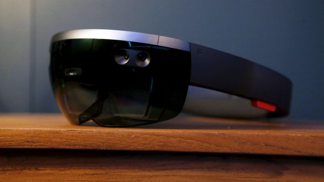 Microsoft Mulai Jual Headset HoloLens