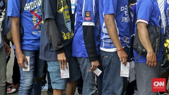 Para pendukung Persib Bandung yang kerap disapa bobotoh mengantri seraya memegang tiket untuk masuk ke Stadion utama Gelora Bung Karno, Jakarta, 3 April 2016. (CNN Indonesia/Adhi Wicaksono)