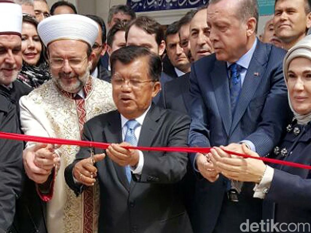Peresmian masjid ditandai dengan pemotongan pita merah yang dilakukan Presiden Turki Erdogan dan Wakil Presiden Jusuf Kalla. Istimewa/dok JK.