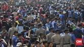 Demi partai final Piala Bhayangkara, Polda Metro Jaya telah melakukan tindakan sterilisasi di kawasan SUGBK sejak pukul 06.00 WIB. Sterilisasi itu wajib dilakukan, salah satunya karena Presiden RI Joko Widodo dijadwalkan hadir pula. (CNN Indonesia/Adhi Wicaksono)