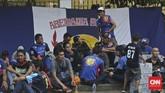 Aremania dari Malang melewati hingga empat provinsi untuk mencapai Stadion Utama Gelora Bung Karno, Jakarta, guna mendukung tim kesayangan mereka Arema Cronus beradu dengan Persib Bandung memperebutkan trofi Piala Bhayangkara. (CNN Indonesia/Adhi Wicaksono)
