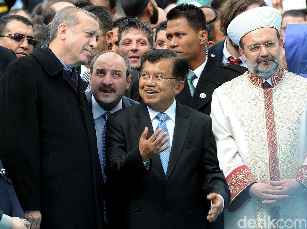 Erdogan dan Jusuf Kalla tampak berbincang disela peresmian masjid tersebut. Istimewa/dok JK.