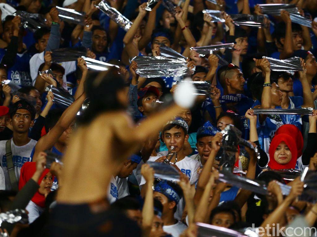 Dengan kemenangan ini, Stadion GBK menjadi saksi pesta kemenangan Arema Cronus berserta para Aremania yang memenuhi stadion berkapasitas sekitar 100.000 penonton tersebut.