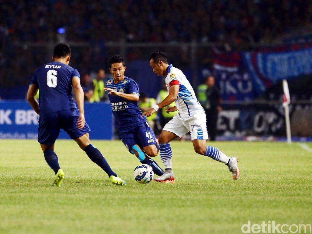 Dalam laga final yang digelar di Stadion Gelora Bung Karno, Minggu (3/4/2016) malam WIB, Arema dan Persib sama-sama tampil terbuka dan menyerang.