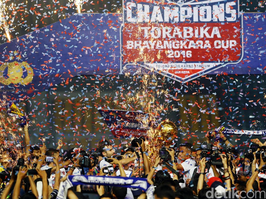 Arema Cronus berhak mengangkat piala Bhayangkara usai menaklukan persib 2-0 di laga puncak.