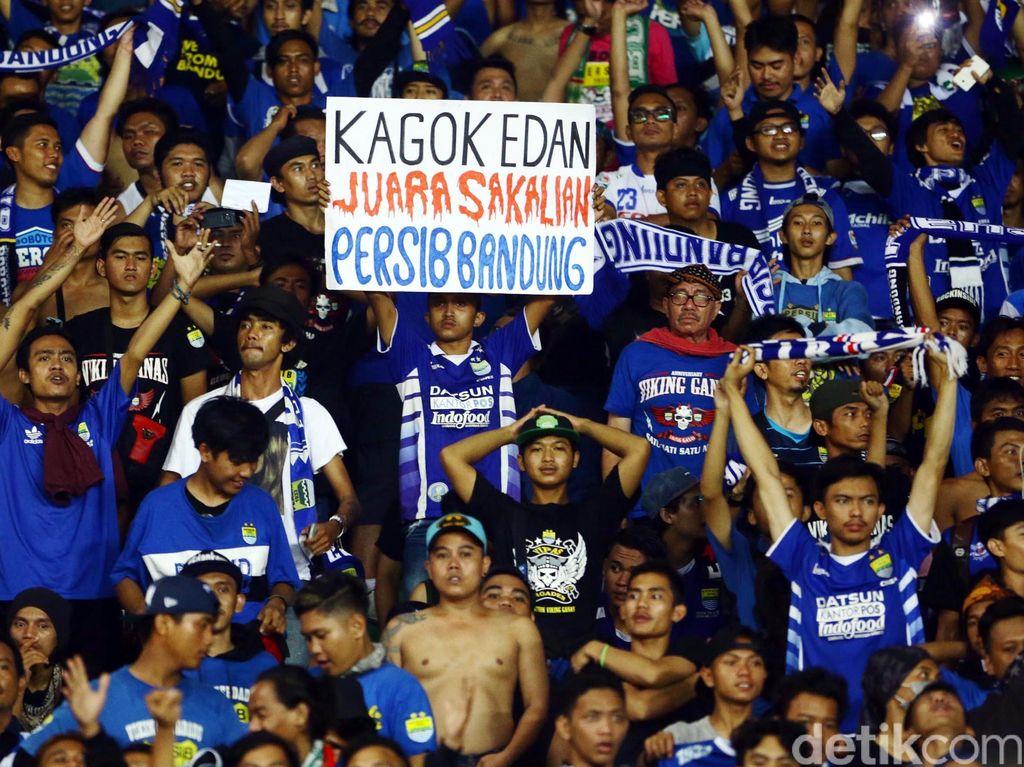 Aksi para Aremania saat mendukung tim kebanggaanya bermain di laga final Piala Bhayangkara 2016.