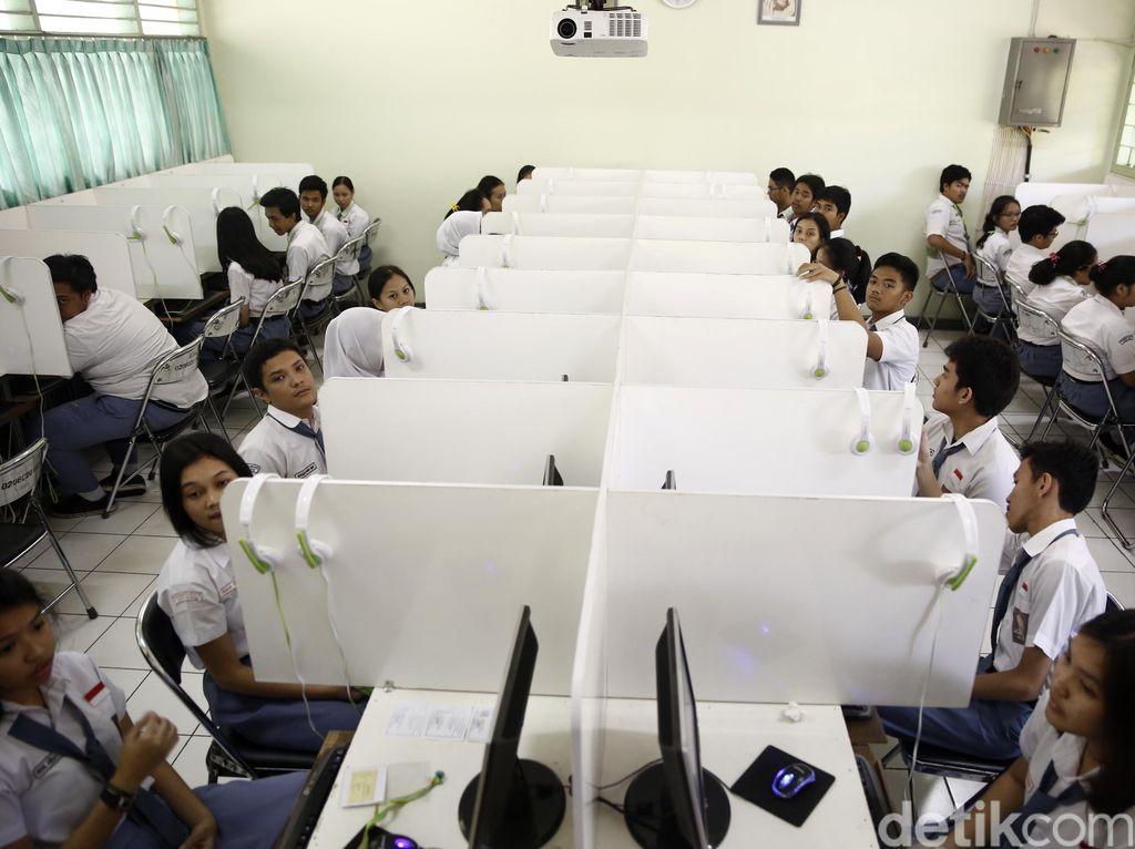 Beberapa siswa/siswi SMAN 70 Jakarta yang ditemui, mengaku tak menemui kesulitan saat mengerjakan soal ujian.