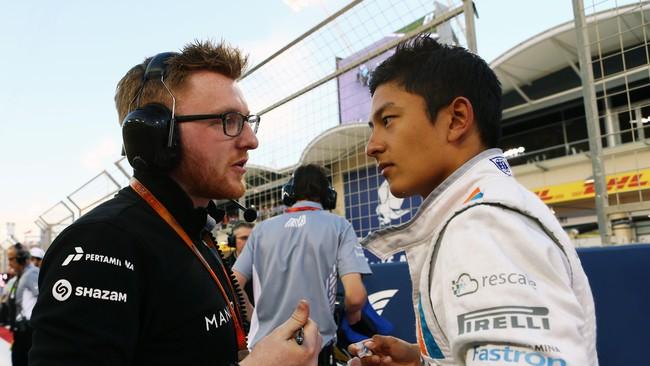 Rio Haryanto berbicara dengan mekaniknya dari tim Manor Racing sebelum balapan. Mereka harus menyiapkan strategi sebaik mungkin untuk menghadapi cuaca panas Bahrain. (Dok. Manor Grand Prix Racing Ltd)