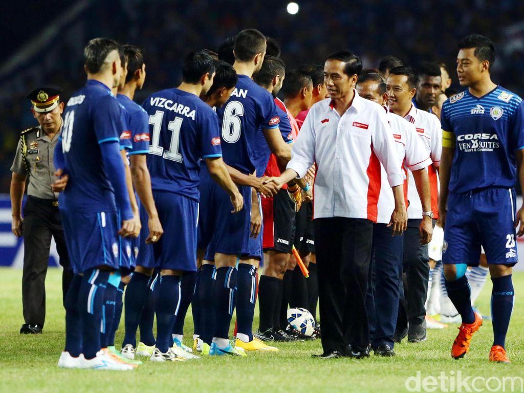 Presiden RI, Joko Widodo saat menyalami para pemain Arema Cronus dan Persib Bandung sebelum kick off laga puncak tersebut.