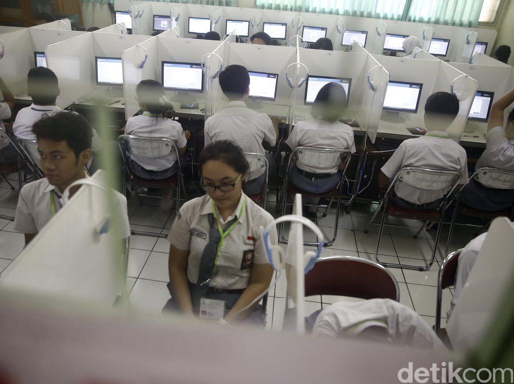 Ujian nasional berbasis komputer (UNBK) hari pertama lancar digelar di SMAN 70 Jl Bulungan, Jaksel.