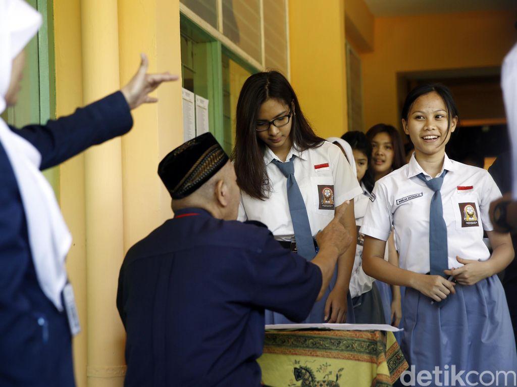 SMA bertatus negeri menjalankan ujian nasional menggunakan basis komputer. Sedangkan sekolah swasta masih melaksanakan ujian berbasis kertas. SMAN 70 Jakarta sudah mensosialisasikan ujian berbasis komputer pada latihan ujian ketiga di awal bulan Januari 2016.