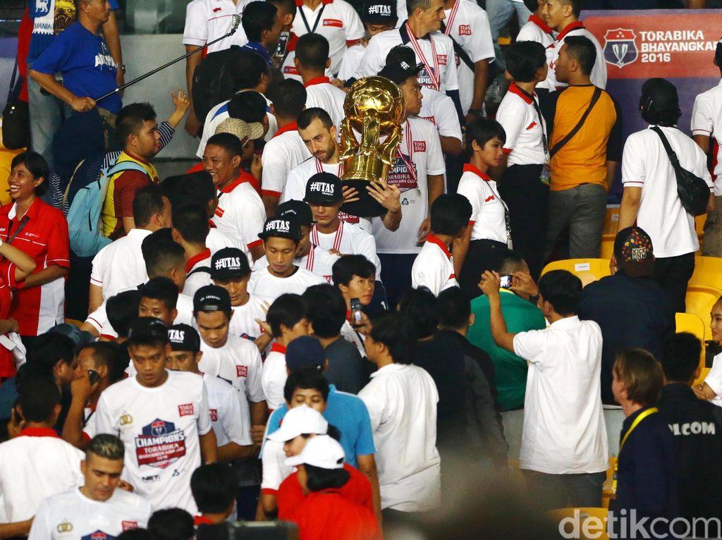 Selain mengangkat piala, pemain Arema Cronus Ahmad Alfarizie dinobatkan menjadi pemain terbaik di Piala Bhayangkara 2016.