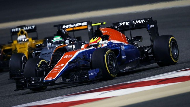 Sementara Rio Haryanto harus menghadapi persaingan dari Kevin Magnussen yang dipaksa membalap dari pitlane. (Dok. Manor Grand Prix Racing Ltd)