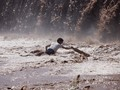 Wartawan Pakistan Nekat Reportase Sambil Terendam Banjir