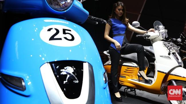 Seorang sales promotion girl berpose di kendaraan motor skuter pada perhelatan Indonesia International Motor Show (IIM) 2016 di JIE Kemayoran, Jakarta, Kamis, 7 April 2016.