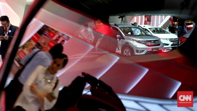 Pengunjung melihat display mobil pada perhelatan Indonesia International Motor Show (IIM) 2016 di JIE Kemayoran, Jakarta, Kamis, 7 April 2016.